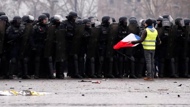 Mobilização de Coletes Amarelos sobe para 84 mil manifestantes em França