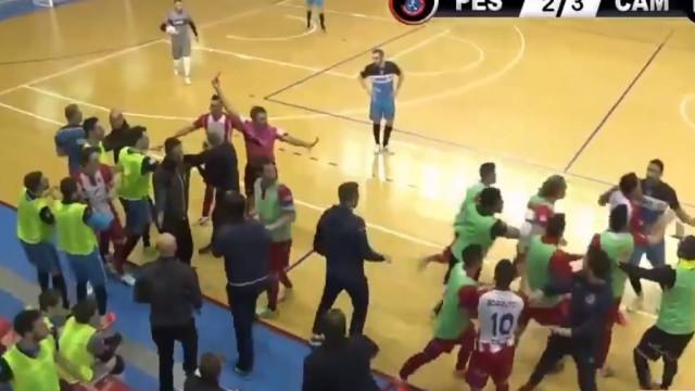 Jogada mais antidesportiva do futsal quase acabou em batalha campal