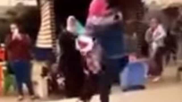 Universidade egípcia expulsa aluna por abraçar o noivo