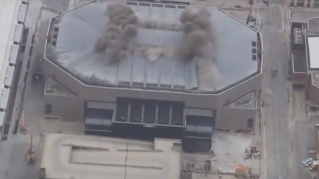 Monumental implosão: Assim caiu a antiga casa dos Milwaukee Bucks