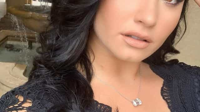 Demi Lovato de vestido preto como dama de honor do casamento de amiga
