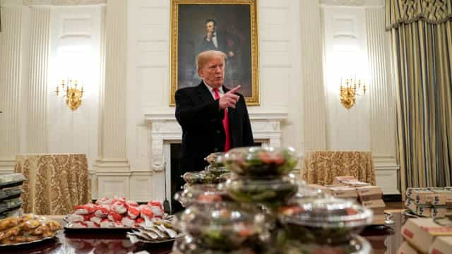 Trump oferece banquete de 'fast-food de luxo' a atletas na Casa Branca