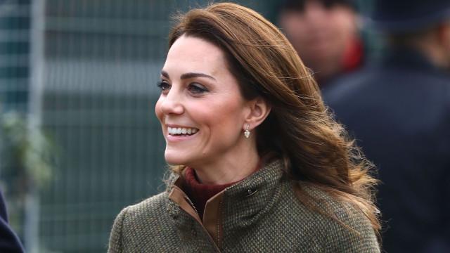 Mais descontraída que nunca! Kate Middleton de botas rasas e look casual