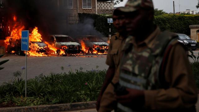 """""""Criminosos armados ainda estão a resistir no hotel"""", avança a polícia"""
