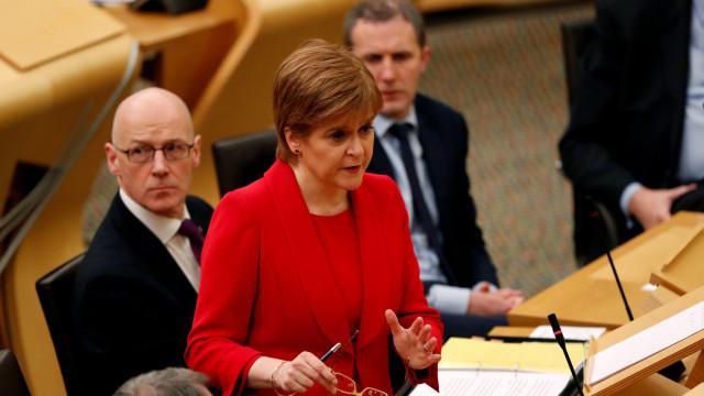 """Primeira-ministra escocesa classifica chumbo como """"derrota histórica"""""""