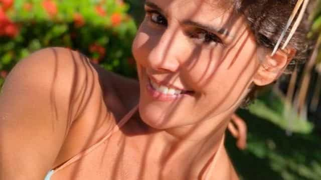 Deborah Secco exibe cabelo loiro platinado em capa de revista