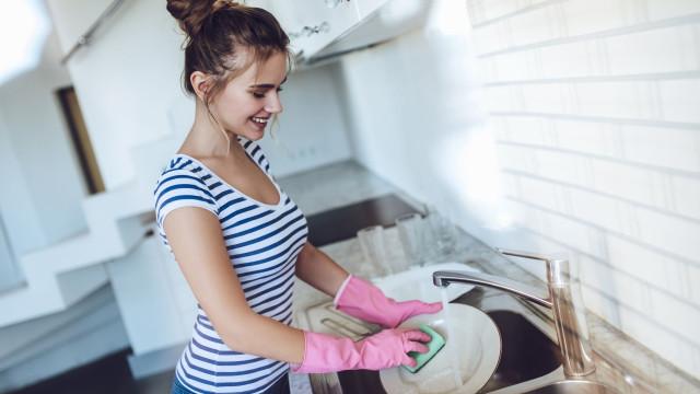 Descubra a frequência com que deve trocar a esponja da cozinha