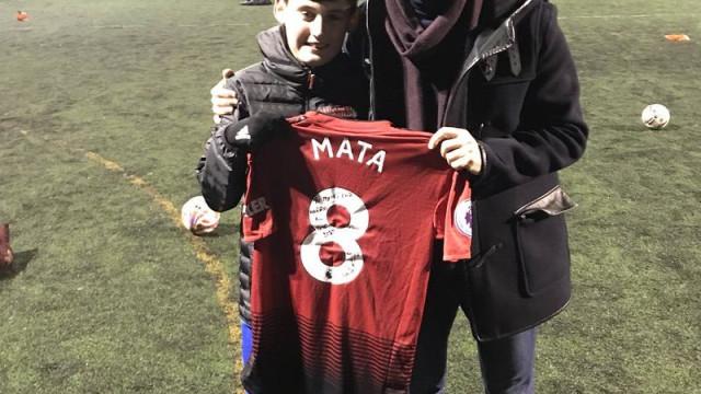 Gesto: Jovem adepto perde o pai e Juan Mata cumpre promessa