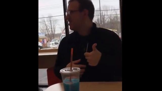 Empregado da Dunkin Donuts torna-se viral ao dançar para cliente autista