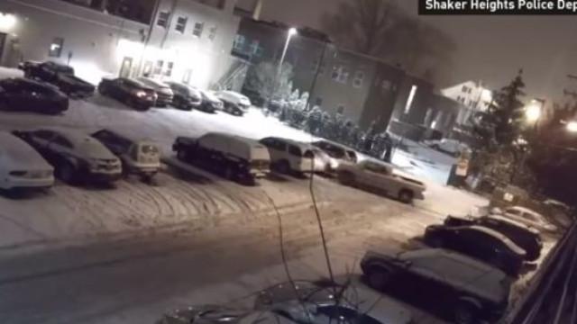 Homem colide de forma intencional contra outros carros em estacionamento