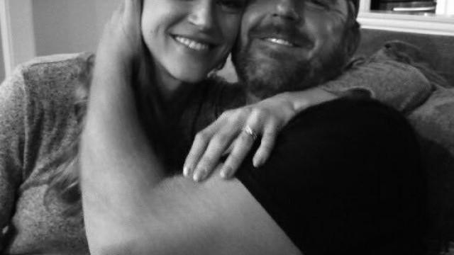 Adrianne Palicki e Scott Grimes estão noivos