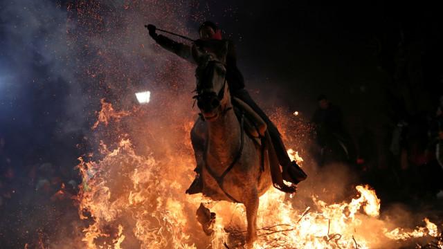 Nesta terra, tradição manda que cavalos atravessem fogo para se purificar