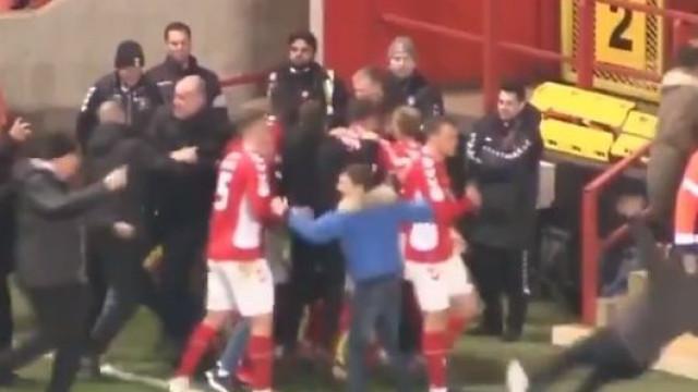 Adepto lesiona atleta do Charlton com 'entrada dura' em festejo de golo