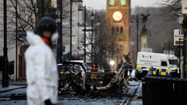 Quatro pessoas detidas após explosão de carro-bomba na Irlanda do Norte