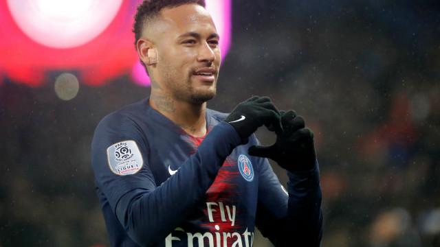 Neymar virou as costas à bola e o mundo está rendido ao lance de génio