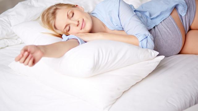 """Modo como grávidas dormem """"pode aumentar o risco de nado-morto"""""""