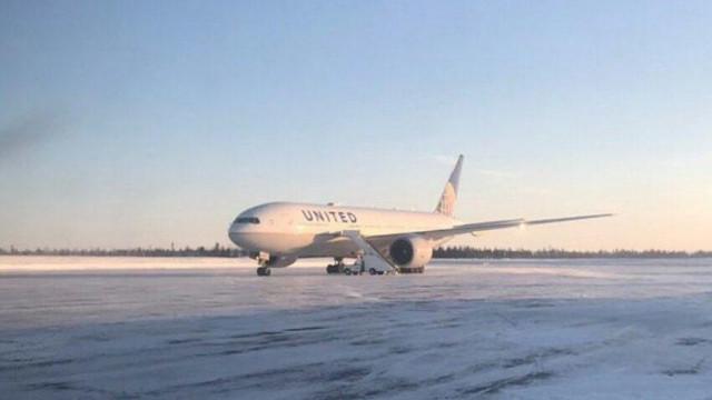 Passageiros retidos 16 horas após porta de avião congelar no Canadá