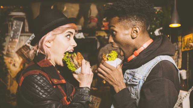 Ups! Um terço dos vegetarianos come carne quando bebe, garante estudo