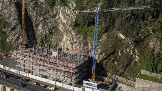 Câmara acusa PS de inação cúmplice no processo de construções na Arrábida