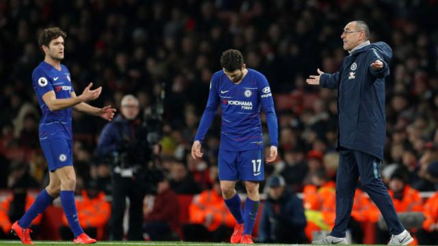 Sarri vive primeira crise no Chelsea por 'imitar' José Mourinho