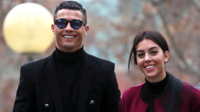 Georgina Rodríguez ao lado de Cristiano Ronaldo na chegada ao tribunal