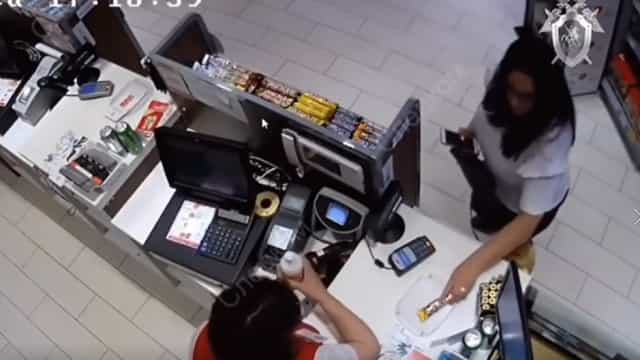 Mãe filmada a comprar chocolates para filhos momentos antes de os matar