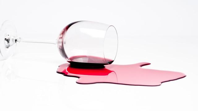 Entornou o copo? Cinco dicas para retirar manchas de vinho tinto da roupa
