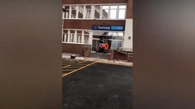 Trabalhador destrói recepção de hotel com escavadora por falta de salário
