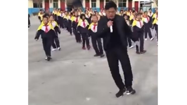 Como pôr 700 alunos a dançar? Este professor consegue