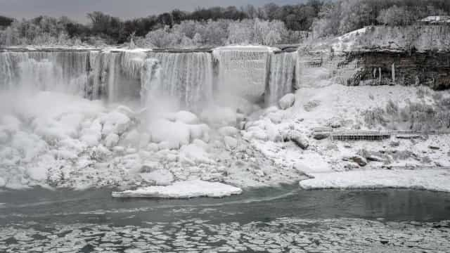 Frente polar 'pintou' Cataratas de Niágara de branco