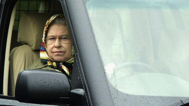 Porque é que a rainha Isabel II pode conduzir sem carta de condução?