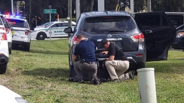 Tiroteio em banco da Florida faz pelo menos cinco mortos. Suspeito detido