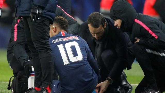 Neymar de regresso ao pesadelo das lesões: Brasileiro foi para o hospital