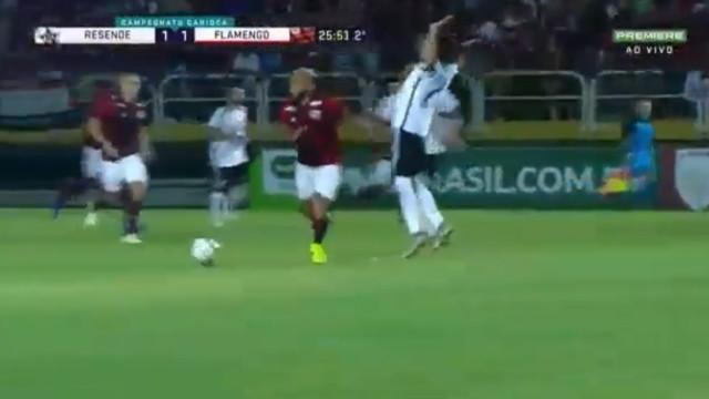 Gabigol estreia-se pelo Flamengo com 'mergulho' digno de Óscar