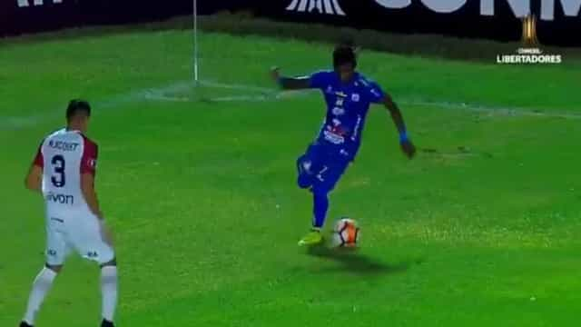 Técnica ou provocação? A inacreditável finta de Rojas na Libertadores