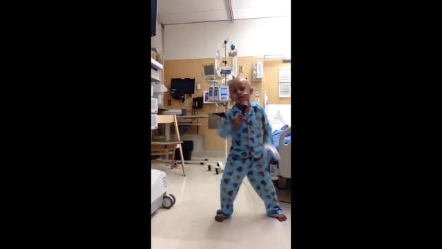 Menino de 5 anos comove a dançar 'Billie Jean' no último dia no hospital