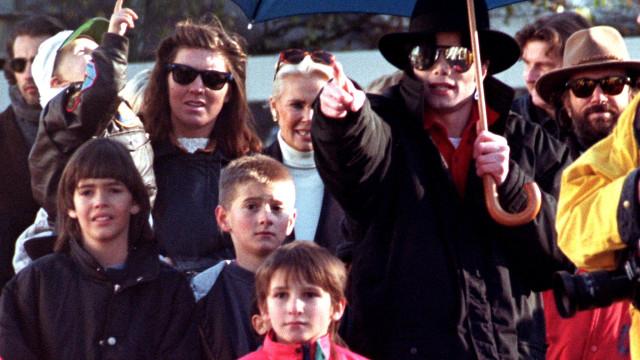 """""""Pedia-me para dormir com ele. Fui abusado"""" por Michael Jackson"""