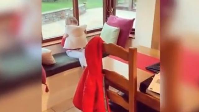 O esconderijo desta criança está a deliciar os internautas