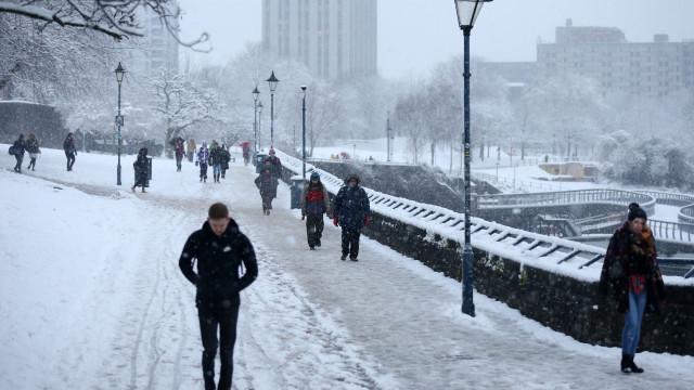 Escolas fechadas e voos cancelados devido à queda de neve no Reino Unido