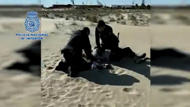 Polícias filmados a salvar mulher em paragem cardiorrespiratória