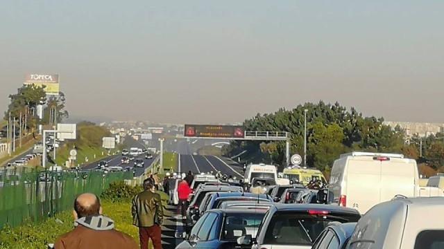 Motociclista morre em colisão na A2. Estrada cortada no sentido Sul-Norte