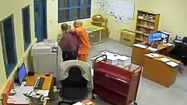 Recluso faz refém bibliotecário de prisão nos EUA