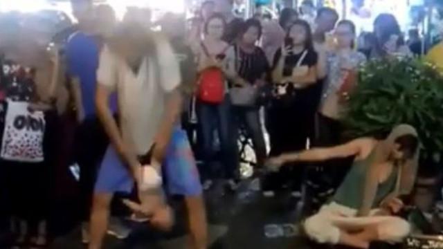 Russos detidos na Malásia por usar bebé como atração de rua