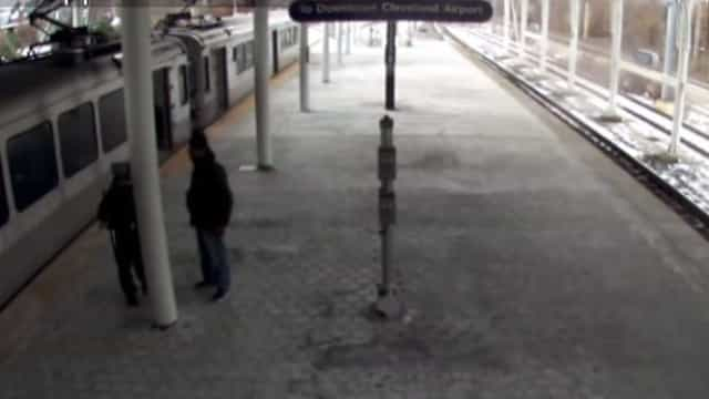 Pai deixa filho bebé em comboio e sai para fumar. Comboio partiu sem ele