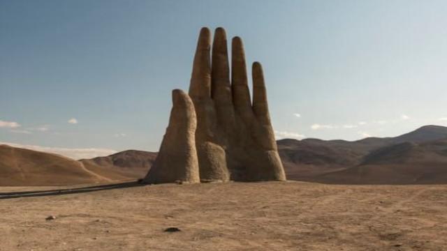 Não é uma miragem: A mão gigante que se ergue no deserto de Atacama