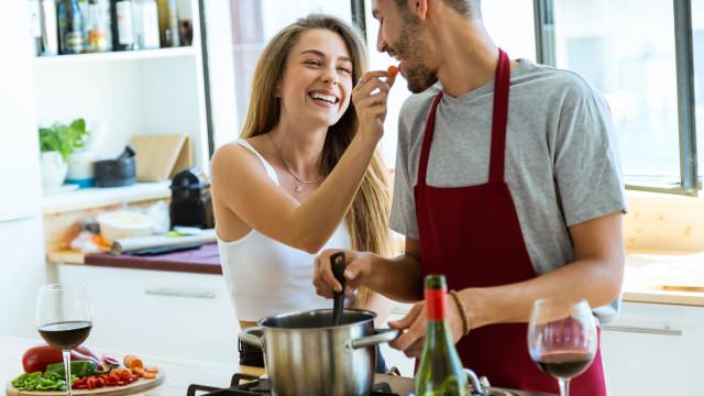 Sim, as panelas que usa para cozinhar podem provocar doenças letais