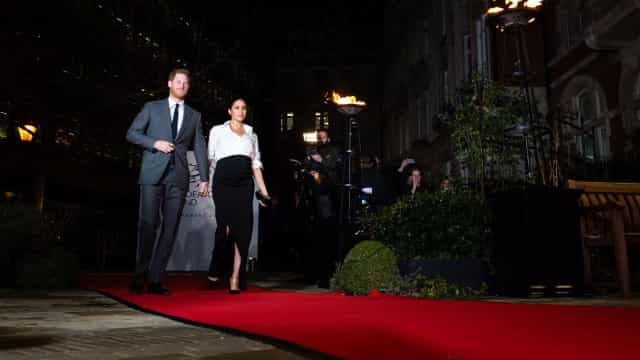 Ao lado de Harry, Meghan Markle deslumbra com vestido Givenchy