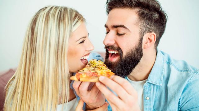 Aprenda a fazer uma pizza sem glúten e lactose, rápida e deliciosa