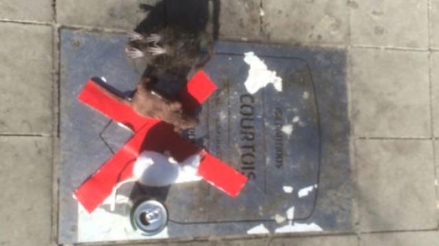 Placa de Courtois no estádio do Atlético Madrid coberta de ratos mortos