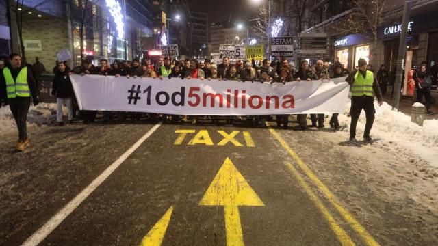 Sérvios protestam contra presidente Vucic pela 10.ª semana consecutiva